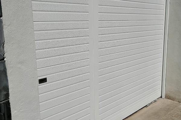 puerta automatica corredera blanca