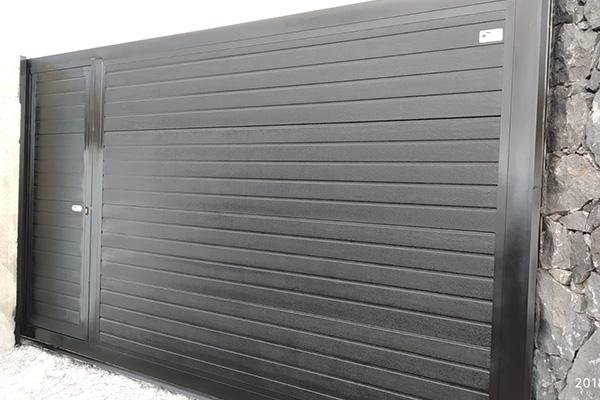 puerta automatica corredera negra