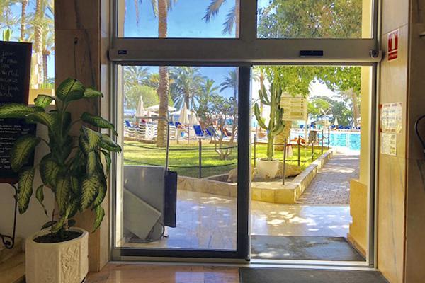 puerta automatica de vidrio hotel 1