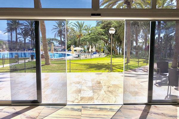 puerta automatica de vidrio hotel