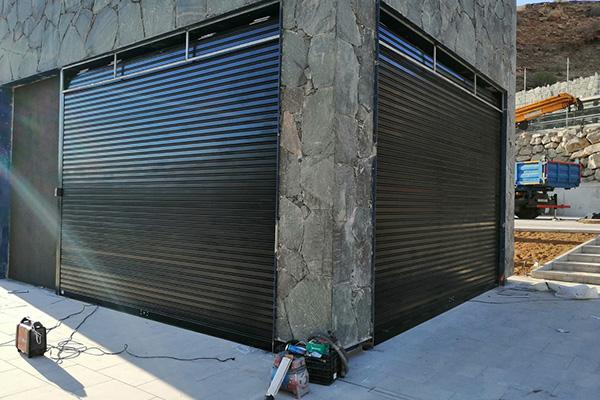 puerta automatica enrollable negra